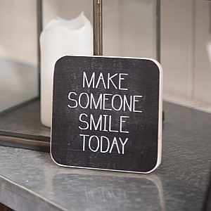 Träskylt Make someone smile today